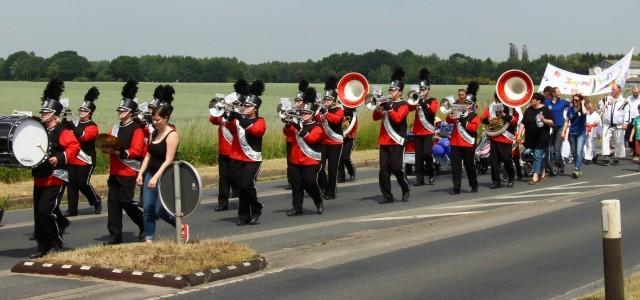 """Am Samstag, den 13. Juni 2015 startete das 9. Kirchhorster Zehntfest 2015 mit einem großen, bunten Umzug durch Kirchhorst. Begleitet wurde der Umzug von der Musik- und Showguard Poggenhagen. Weitere, besondere Highlights an diesem Tag waren Aktionen und Attraktionen, wie die """"Glückschmiede"""", """"Kirchhorster Weitblick"""", """"Black Devil"""", """"Die magische Nudelei"""" und vieles Mehr. Auftritte auf der Bühne, sowie die Live-Bands Dead Folks, Unchained und Royal Party Society sorgten für Stimmung bis in die Nacht hinein."""