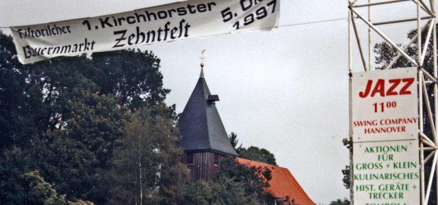 """Am 5. Oktober 1997 fand das erste Kirchhorster Zehntfest in Kirchhorst statt. Seitdem sind fast 20 Jahre vergangen. Wir würden uns sehr freuen, wenn die damaligen Besucher in ihren Fotoarchiven nach Fotos zum ersten """"Kirchhorster Zehntfest"""" und den folgenden Festen in den Jahren 2002, 2003, 2005 und 2007 suchen könnten und uns das  Fotomaterial für die """"Zeitreise"""" zum 10. Kirchhorster Zehntfest zur Verfügung stellen können."""